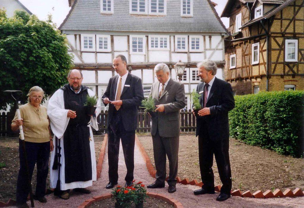 Dieses Bild hat ein leeres alt-Attribut; sein Dateiname ist JHS-200204-Spende-KSK-fuer-Klostergarten-1024x701.jpg.